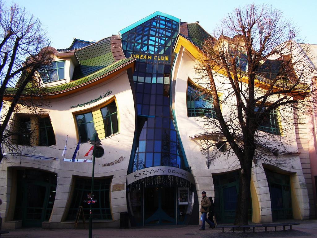 Crooked-House-Poland-1
